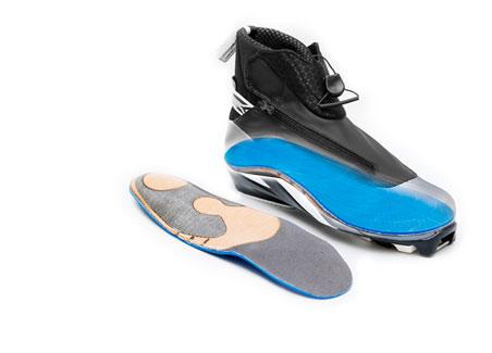 Orthèses de sport dans un soulier de ski de fond.